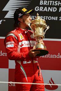 Fernando Alonso, Scuderia Ferrari, GP Gran Bretaña, 2011. Formula 1. GP09. Carrera, podium, primero, beso trofeo