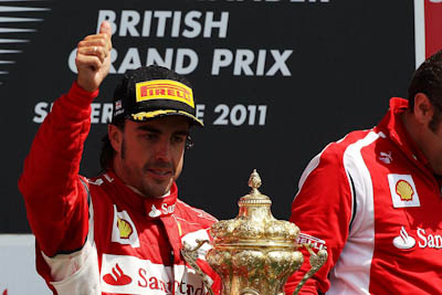 Fernando Alonso, Scuderia Ferrari, GP Gran Bretaña, 2011. Formula 1. GP09. Carrera, podium, Trofeo